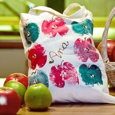 Shopping bag made by you! Create this unique shopping bag with apple print and, of course, add a little glitter paint as well! Apple Prints, Glitter Paint, Bag Making, Decoupage, Textiles, Throw Pillows, Crafty, Shopping Bag, Painting