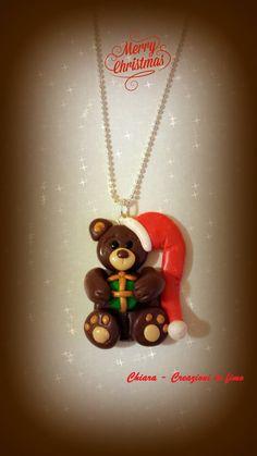 Ciondolo in fimo fatto a mano con orsetto natalizio con pacco regalo , by Chiara - Creazioni in fimo, 13,00 € su misshobby.com