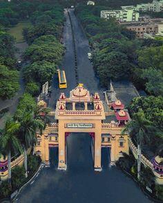 Welcome arch of the Benares Hindu University . Amazing India, History Of India, Indian Heritage, Hindu Temple, Tourist Places, Varanasi, India Travel, Beautiful Images, Stuff To Do