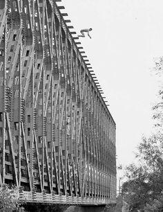 1970-es évek. A Hajógyári szigetet Budával összekötő kis híd, és kunsztolók.
