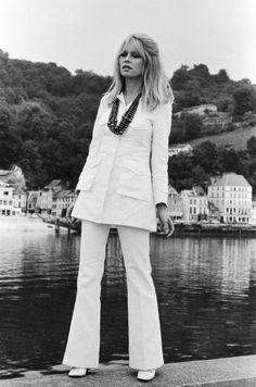 French Hippie Chic by Jean Bouquin. Brigitte Bardot wears his clothes in Saint-Tropez, Brigitte Bardot, Bridget Bardot, 60s And 70s Fashion, French Fashion, Retro Fashion, Vintage Fashion, Seventies Fashion, Moda Hippie, Hippie Chic