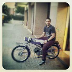 Carlos  a los 30 años descubre la moto de su padre de cuando tenia 16 años