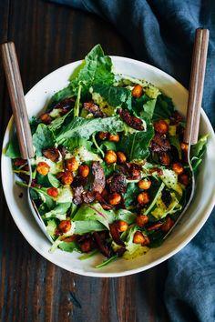 Salade de pois chiches épicés et «bacon» de coco avec sauce à l'avocat