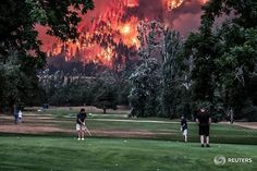 Eagle Creek wildfire burns as golfers play at the Beacon Rock Golf Course in North Bonneville, Washington, U.S. on September 4, 2017. REUTERS/Kristi McCluer #reuters #reutersphotos #golf #fire  Instagram Profile: @reuters  Source/Origem: https://www.instagram.com/p/BYxz4NNhXuI/