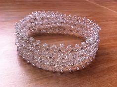 Tiara feita em aramado, totalmente confeccionada à mão, com aplicação de mini pérolas, cristais e strass de alta qualidade. <br>Pode ser feita em outras folheações, e adaptada ao gosto da noiva.