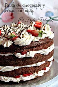 Tarta de chocolate y fresas con nata