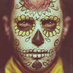 Dia de los muertos in Mexico. Love this portrait - flamboyant but haunting. Sugar Skull Face Paint, Sugar Skull Art, Sugar Skulls, Halloween Cosplay, Halloween Makeup, Halloween Ideas, Halloween Costumes, Dead Makeup, Danse Macabre