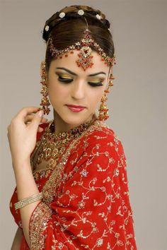 宝石を贅沢に使用した衣装、チェーンで髪に繋いだ鼻ピアス、手には独特のボディーペイント(メヘンディ、ヘンナタトゥー)が施された、エキゾチックなインド美女の花嫁姿の写真です。インド伝統医学・アーユルヴェ...