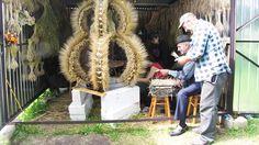 Metalowy stelaż, ponad kilometr dratwy, do tego przyczepa zboża, ponad sto godzin misternej pracy i kobiety, które codziennie przychodzą, by pleść dożynkowy wieniec - w Walentynowie tradycję kontynuuj...