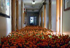 """Installazione di 28.000 fiori di Anna Schuleit all'interno di un Centro di Salute Mentale """"Bloom è una riflessione sulla simbologia di guarigione dei fiori regalati ai malati quando sono costretti ..."""