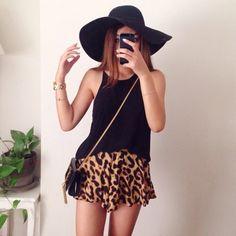 Chapéus deixam o look mais moderno. #BolsaDeLado #Onça #Saia