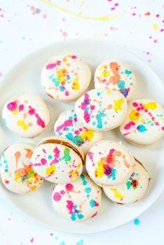Si eres un golosete y te vuelves loco por los dulces, seguro que hace tiempo que te enamoraste del sabor de los geniales macarons franceses. Pero es que esta delicia, además de estar muy rica (y muy dulce) es además monísima y toda una explosión de color. Nosotros que nos encanta navegar por internet, hemosLeer Más