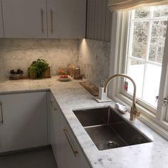 Carrara Marmor fra oss gjør dette Expo Nova kjøkkenet tidløst og elegant😁 - |Kjøkken inspirasjon | Benkeplate - Kitchen ideas | Design | Carrara Marble | Countertop