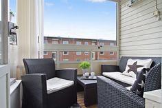 Inglasad balkong med gott om plats för möblemang