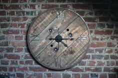 Horloge fabriqué à partir d'un ancien touret électrique. Diamètre 80 cm.