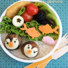 How to Make Penguin Meatballs Bento. This delightful recipe from Gamene features vegetarian meatballs made to look like penguins. They're perfect for the bento lunchbox and for tempting children who won't eat their meatballs unless. Cute Food, Good Food, Funny Food, Bento Box Lunch, Box Lunches, Lunch Boxes, Saint Jacques, Thing 1, Salmon Recipes