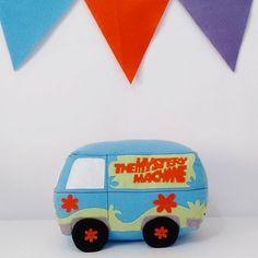 Almofada Furgão, turma do Scooby Doo. Vai da festa direto para o quartinho da criança. #blubluatelie #scoobydoo #scoobydoobydoo #decoraçaoscoobydoo #partydecoration #feltro #pillowfelt #felt #fieltro