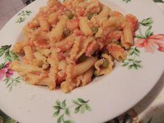 gigli di pasta deliziosi con piselli e pancetta