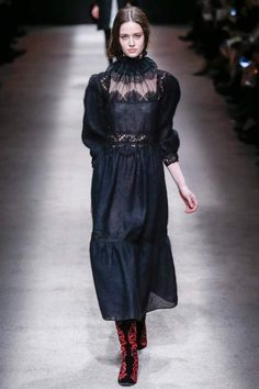 The complete Alberta Ferretti Fall 2015 Ready-to-Wear fashion show now on Vogue Runway. Couture Mode, Style Couture, Couture Fashion, Runway Fashion, Fashion Show, Milan Fashion, Fashion Trends, Alberta Ferretti, Italian Chic