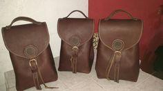 Bolsas echas por raymundo Jacome con piel de res y bronce