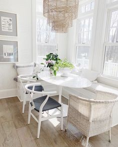 Comb through 12 of the best white round dining tables that are desingers' favorites, a range of budgets and are great additions to all kinds of kitchens. White Round Kitchen Table, Round Marble Table, White Marble Kitchen, White Dining Table, Kitchen Tables, Table For 12, Blue And White Living Room, Expandable Dining Table, Extension Dining Table