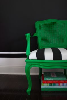 We are in love with this cheap and easy DIY chair makeover in kelly green, black and white.