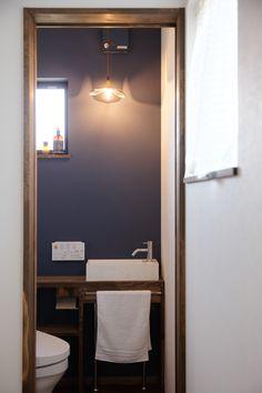 一面だけアクセントカラーをつかった1Fトイレのインテリア。 換気扇カバーまで塗装して同色に仕上げるなど、細かなところまでつくり込んでます。