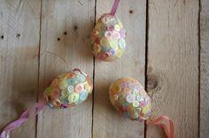 Knoflíková velikonoční vajíčka - Po úspěšných korálkových věncích přicházejí i velikonoční vajíčka. Knoflíkové věnce najdete zde:  ( DIY, Hobby, Crafts, Homemade, Handmade, Creative, Ideas, Handy hands)