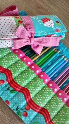 Super sewing crafts for kids pencil cases Ideas Fabric Crafts, Sewing Crafts, Sewing Projects, Craft Projects, Sewing Hacks, Sewing Tutorials, Sewing Patterns, Diy And Crafts, Crafts For Kids