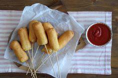 Βραδιά με φίλους στο σπίτι; Φτιάχνουμε συγκλονιστικά corn dog, όχι τα απλά  βέβαια, αλλά γεμιστά με τυρί που έχει λιώσει και γευόμαστε την κρούστα και  το νόστιμο τυρί πριν δαγκώσουμε το πικάντικο λουκάνικο.  Χρησιμοποιούμε ημίσκληρο τυρί ΔΩΔΩΝΗ Του Τοστ τετράμηνης ωρίμανσης, τα  βουτάμε