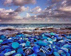 Alejandro Duran est un artiste multimédia né au Méxique. Il pratique son art sur plusieurs supports comme la photo, la vidéo...  Très concerné par la cause écologique et inspiré des oeuvres d'Andy Goldsworthy et Robert Smithson, l'artiste nous présente son projet actuel baptisé « Washed Up » où il met en scène des déchets récoltés sur les plages. Triés et déposés pour former des tableaux, il utilise les déchets plastique pour nous sensibiliser aux dangers de notre surconsommation.