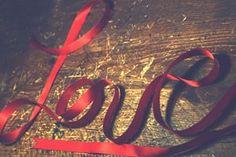 Então deixa ele te escrever uma carta dai você descobre logo o que ele sente de verdade. Porque carta é sentimento guardado no papel. E se ele falar que ouve uma música e lembra de você, pede logo para escutarem juntos assim você descobre em quais versos vocês se encaixam. Pede logo para ele te dar um beijo para perceber se vocês tem ou não química. Aproveita para ficar abraçada em um abraço mais demorado, assim você pode escutar se o coração dele bate ou não por você.