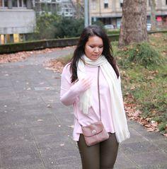 Rathana von @FabFashionaire trägt ihre neue Lieblingstasche von #Pieces zum kuscheligen Oversized Sweater. Wir sind begeistert! Hier geht's zum Blogpost: http://www.fabfashionaire.com/cozy-oversized-sweater-faux-leather-pants/ #Lieblingstasche