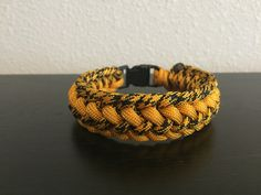 "How to make: ""Intertwined Half Hitch"" Paracord Bracelet"