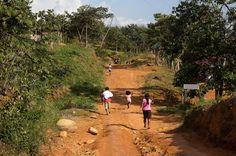 Una familia indígena costarricense corre a resguardarse en la comunidad de Cedror, en el territorio indígena de Salitre, el 6 de julio, teme...
