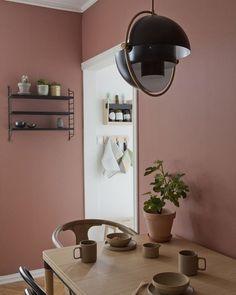 Varm atmosfære med lune farger som gir karakter til den lille leiligheten. Home Living, Living Room Decor, Bedroom Decor, Blush Living Room, Dining Room, Deco Design, Room Colors, Paint Colors, Scandinavian Interior