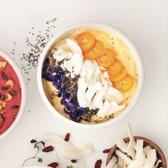 On couronne ce bol de smoothie rafraîchissant à la pêche et à l'ananas avec de la noix de coco et des kumquats!