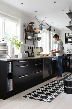 Kitchen Color Ideas For Walls is very important for your home. Whether you choose the Kitchen Decor Ideas Decoration or Kitchen Color Ideas For Walls, you will create the best Kitchen Shelf Decor Ideas for your own life. Home Decor Kitchen, Interior Design Kitchen, New Kitchen, Stylish Kitchen, Black Kitchens, Home Kitchens, Küchen Design, House Design, Cocinas Kitchen