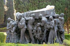 "Monumento en la tumba del torero ""Joselito"" realizado por el escultor Mariano Benlliure."