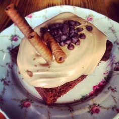 Διαχρονική αξία στο κάστρο του ποντικου ειναι τα mud pies! Υγρό κεικ σοκολάτας που σερβίρεται με την πραλίνα της επιλογής σου. Φράουλα, φουντουκι, λευκη σοκολάτα, bueno, μπανάνα, μπισκοτο.  CapCap Tip: μην το πείτε πουθενά αλλα του ταιριάζει τέλεια και μια μπάλα παγωτό! Bad Customer Service, Bon Appetit, Nom Nom, Sweets, Sugar, Cake, Brownies, Desserts, Food