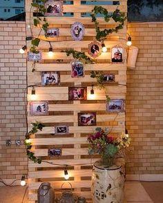 Um painel de memórias e amor. Pallet, molduras, arranjo boho, luzes... Aquele rústico criativo e aconchegante que a gente ama. Foto de Michelle Maia Fotografia #paineldefotos #pic #fotos #photoboard #casamento #wedding #boho #miniwedding #maniadefita #pinterest