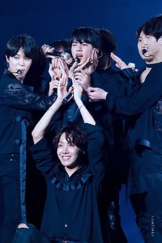 it's my favorite thing when they crowed around Jin ˗ˏˋ♡ˎˊ˗ ☆you're like a constant constellation guiding me☆ Bts 2018, Jungkook Jimin, Bts Bangtan Boy, Foto Bts, Bts Jin, Jung Hoseok, K Pop, Cypher Pt 4, Bts Love