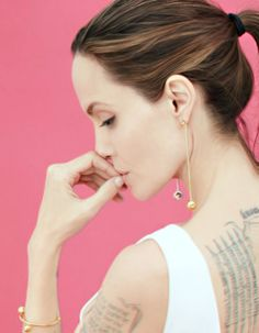 Angelina Jolie Angelina Joile, Angelina Jolie Pictures, Celebrity Jewelry, Biblical Art, Jolie Photo, Hair Colour, Brad Pitt, Most Beautiful Women, Color Trends