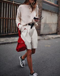 How to wear Bermuda shorts and be stylish. Look Fashion, Fashion Outfits, Womens Fashion, Fashion Trends, Fashion Lookbook, Fashion Clothes, Fashion Ideas, Fashion Design, Sporty Chic