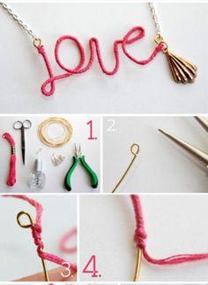 Collar hecho con alambre he hilo de bordad. 1 debes tener un alambre maneable lo debes en rollar con hilo. 2. con un alicate debes dar le la forma que quieras. 3.con una cadena y argollar y ya esta tu collar.