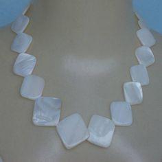 Colar feito com madrepérola, esse colar tem em media de 50 centímetro de comprimento mais alongador. R$ 6,00