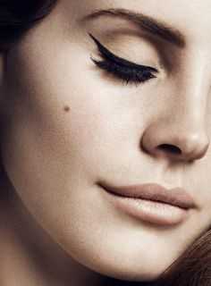 Eyeliner & nude lips on Lana Del Rey, my favorite. Love her music and her retro-mod look.