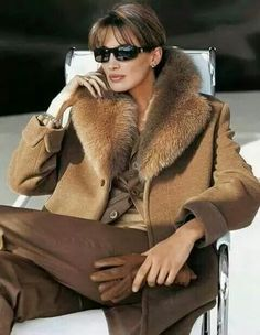I love the idea of sprucing up old clothes, especially if they look as cute and classy as this sweater! Fur Fashion, Womens Fashion, Fabulous Furs, Glamour, Dress For Success, Sophisticated Style, Fur Collars, Winter Coat, Autumn Winter Fashion