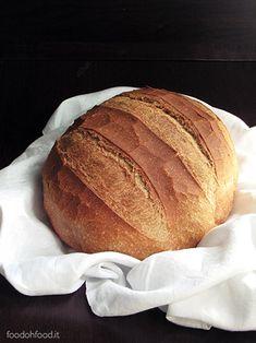 Semplice pane di ogni giorno fatto con il lievito di birra e con la farina di farro* integrale e il latte nell'impasto che lo rendono delicato ma allo stesso tempo fragrante e invitante.