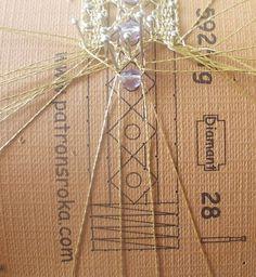 Tutorial che descrive come inserire perle e perline durante la lavorazione di un merletto lavorato con fuselli a tombolo, per gioielli e impreziosire pizzi e trine